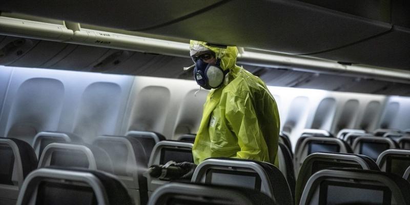 Xịt khử trùng trên một máy bay của Air France. Ảnh: Zuma Press