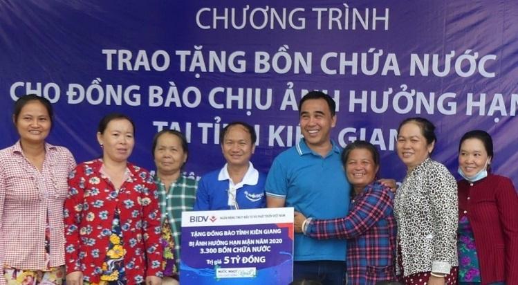 Đại diện chi nhánh BIDV Kiên Giang trao tặng bồn và máy lọc nước cho bà con tại Kiên Giang.