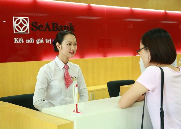 Một khách hàng giao dịch tại quầy SeABank.