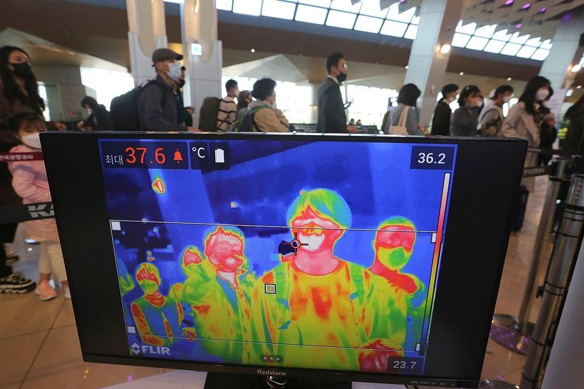 Một camera chụp ảnh nhiệt hoạt động tại sân baySeoul, Hàn Quốc vào tháng trước. Ảnh AP