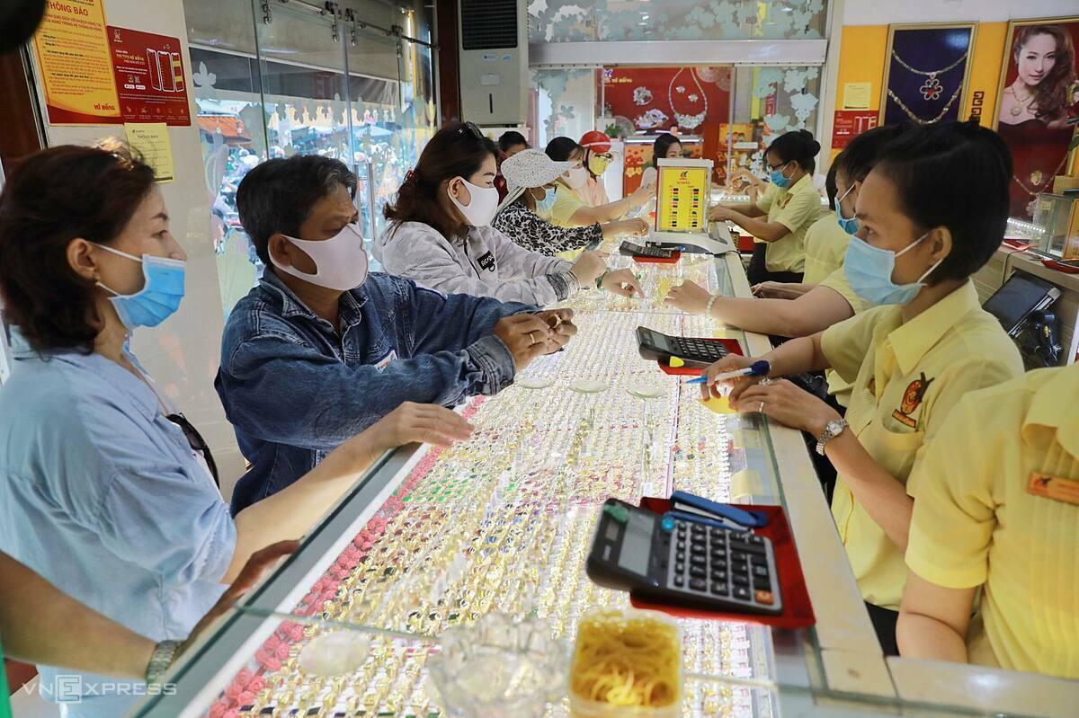 Người dân TP HCM đi giao dịch vàng lúc giá lên đỉnh hơn 49 triệu đồng trong ngày 18/5. Ảnh: Quỳnh Trần.