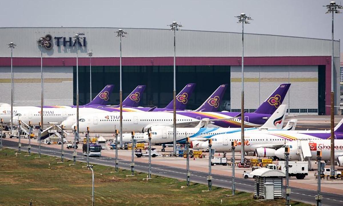 Máy bay của Thai Airways đắp chiếu tại sân baySuvarnabhumi, Bangkok hồi cuối tháng 3. Ảnh: AFP