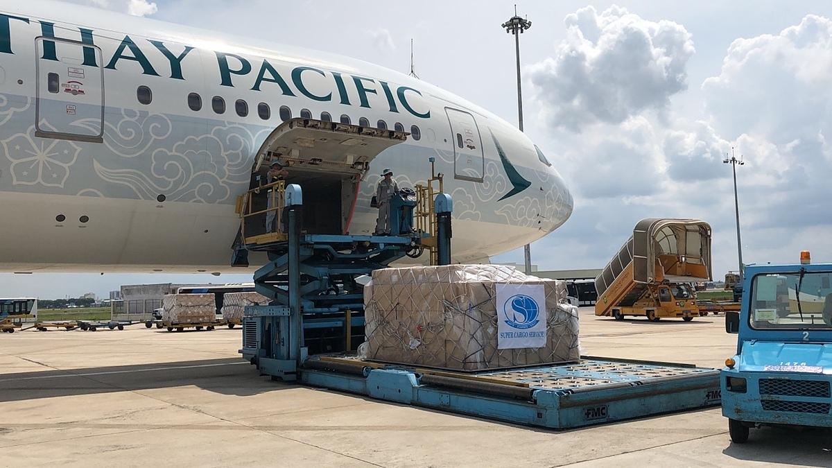 Các thiết bị bảo hộ y tế trong lô 5 triệu sản phẩm được chuyển lên máy bay. Ảnh: SCS