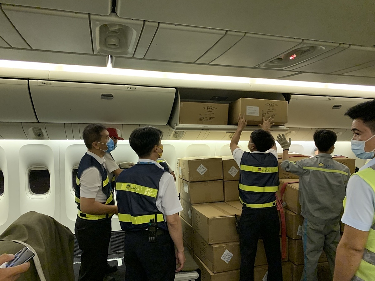 Các máy bay được thuê chở thiết bị bảo hộ y tế sẽ chứa hàng ở cả khoang vốn chở khách. Ảnh: SCS