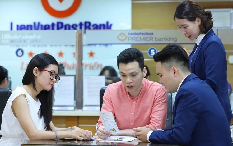 Nhân viên ngân hàng Liên Việt tư vấn dịch vụ cho khách hàng. Tải ứng dụng Ví Việt tại đây. Hotline: 18006665.