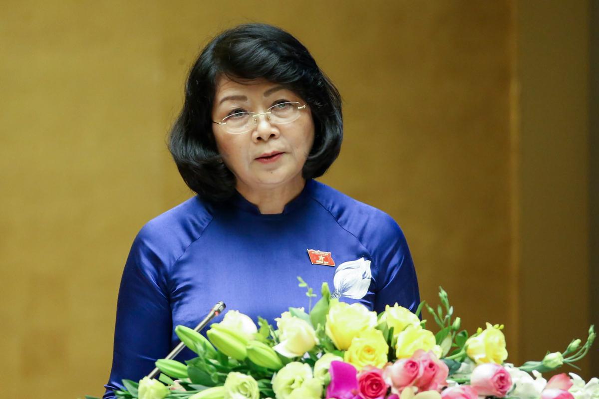 Phó chủ tịch nước Phạm Thị Ngọc Thịnh trình bày tờ trình Quốc hội về thông qua EVFTA sáng 20/5. Ảnh: Hoàng Phong