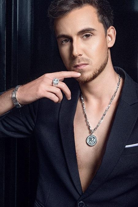 Người mẫu thể hiện trang sức vòng cổ, vòng tay và nhẫn gắn kim cương của thương hiệu.