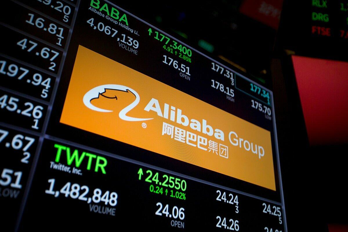 Bảng điện tử hiện thông tin của Alibaba tại sàn chứng khoán New York. Ảnh: Bloomberg
