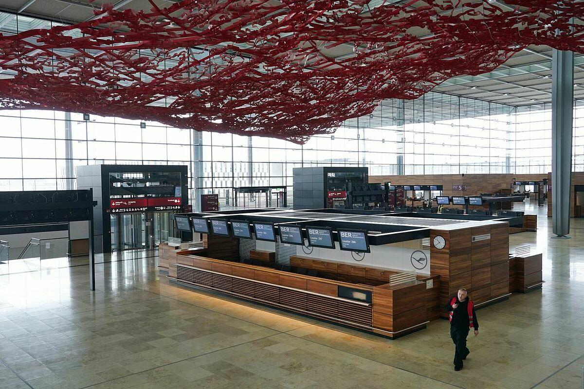 Quầy làm thủ tục tại sân bay Berlin Brandenburg hồi tháng 3. Ảnh: Zuma Press