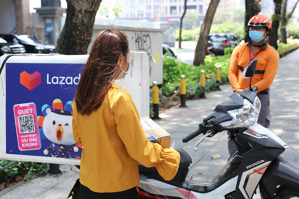 Lazada thực hiện giao hàng không tiếp xúc để tránh lây nhiễm virus cho khách hàng và nhân viên giao nhận.