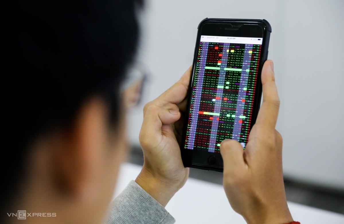 Nhà đầu tư giao dịch trực tuyến tại công ty chứng khoán ở TP HCM. Ảnh: Quỳnh Trần.