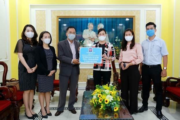 Đại diện Lazada Việt Nam trao tặng 2 phòng cách ly áp lực âm cùng 100.000 khẩu trang cho đại diện Ủy ban Mặt trận Tổ quốc TP. Hồ Chí Minh.