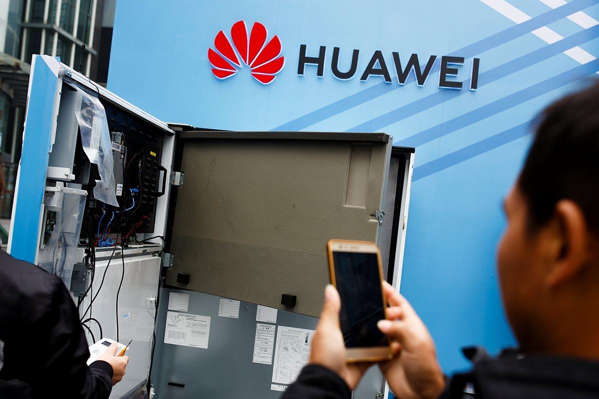 Thiết lập một hệ thống kỹ thuật về 5G của Huawei. Ảnh: Reuters