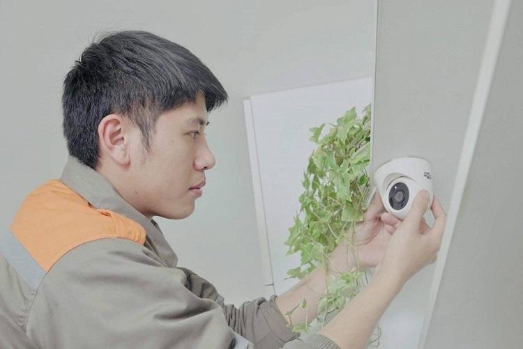 Nhân viên FPT lắp đặt camera an ninh.