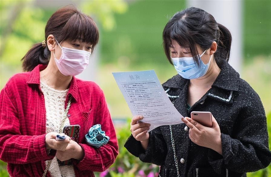 Người lao động đọc thông tin tuyển dụng tại một hội chợ việc làm ở Vũ Hán tháng trước. Ảnh: Xinhua