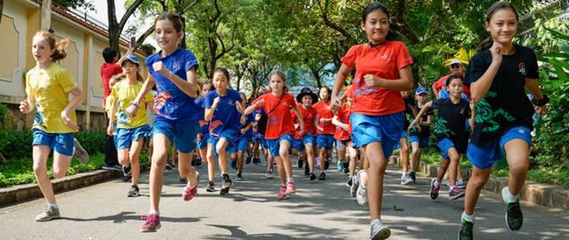 Nhiều học sinh hào hứng tham gia hoạt động thể thao của trường.