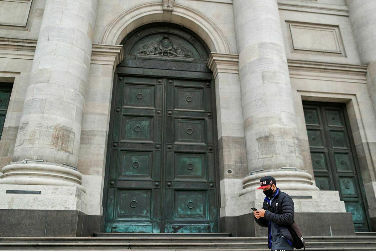 Bên ngoài Ngân hàng Trung ương Argentina. Ảnh: Reuters