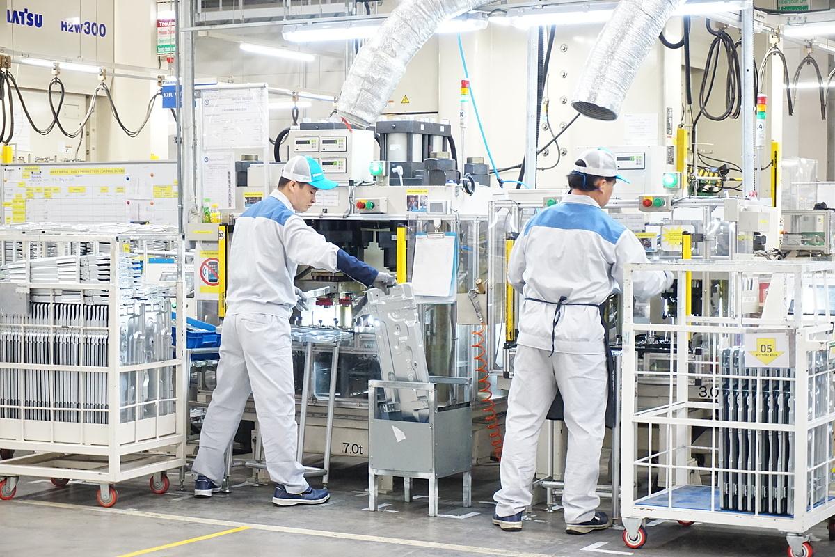 Công nhân làm việc trong một nhà máy sản xuất máy lạnh ở Hưng Yên. Ảnh: Viễn Thông