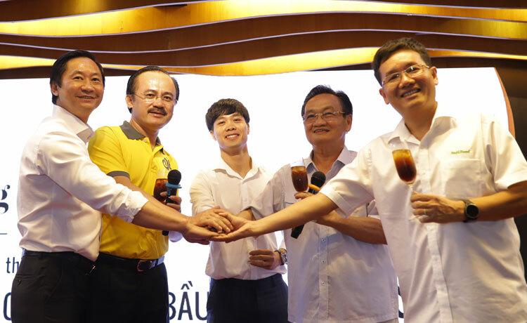Từ trái sang, ông Nguyễn Hải Linh, Bầu Thắng, cầu thủ Công Phượng, ông Trần Du Lịch và Bầu Hải cùng nâng ly cà phê phiên bản đặc biệt của cà phê Ông Bầu. Ảnh: Anh Linh