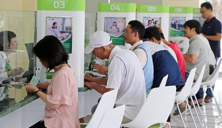 Khách hàng đang giao dịch tại quầy Vietcombank.