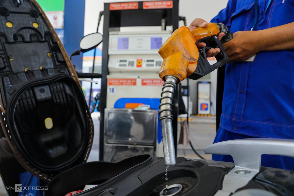 Nhân viên một cây xăng tại Quận 1, TP HCM đang bơm xăng dầu cho khách mua hàng. Ảnh: Như Quỳnh