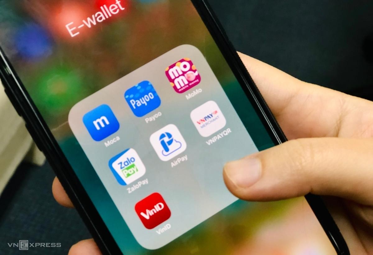 Các ví điện tử được một khách hàng tại Hà Nội sử dụng. Ảnh: Quỳnh Trang.