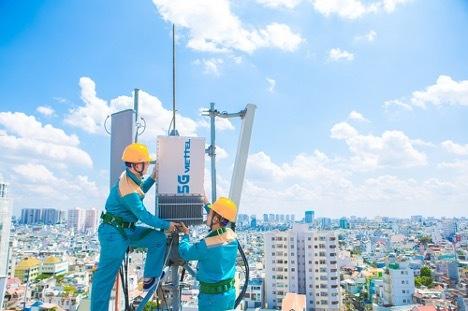 Nhân viên của Tổng Công ty Công trình Viettel kiểm tra thiết bị cột sóng 5G.