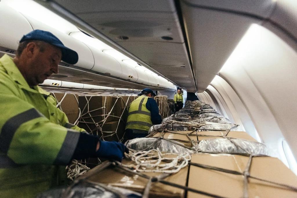 Hàng hóa được chất đầy trên cabin chở khách trong một chiếc máy bay. Ảnh: NYT