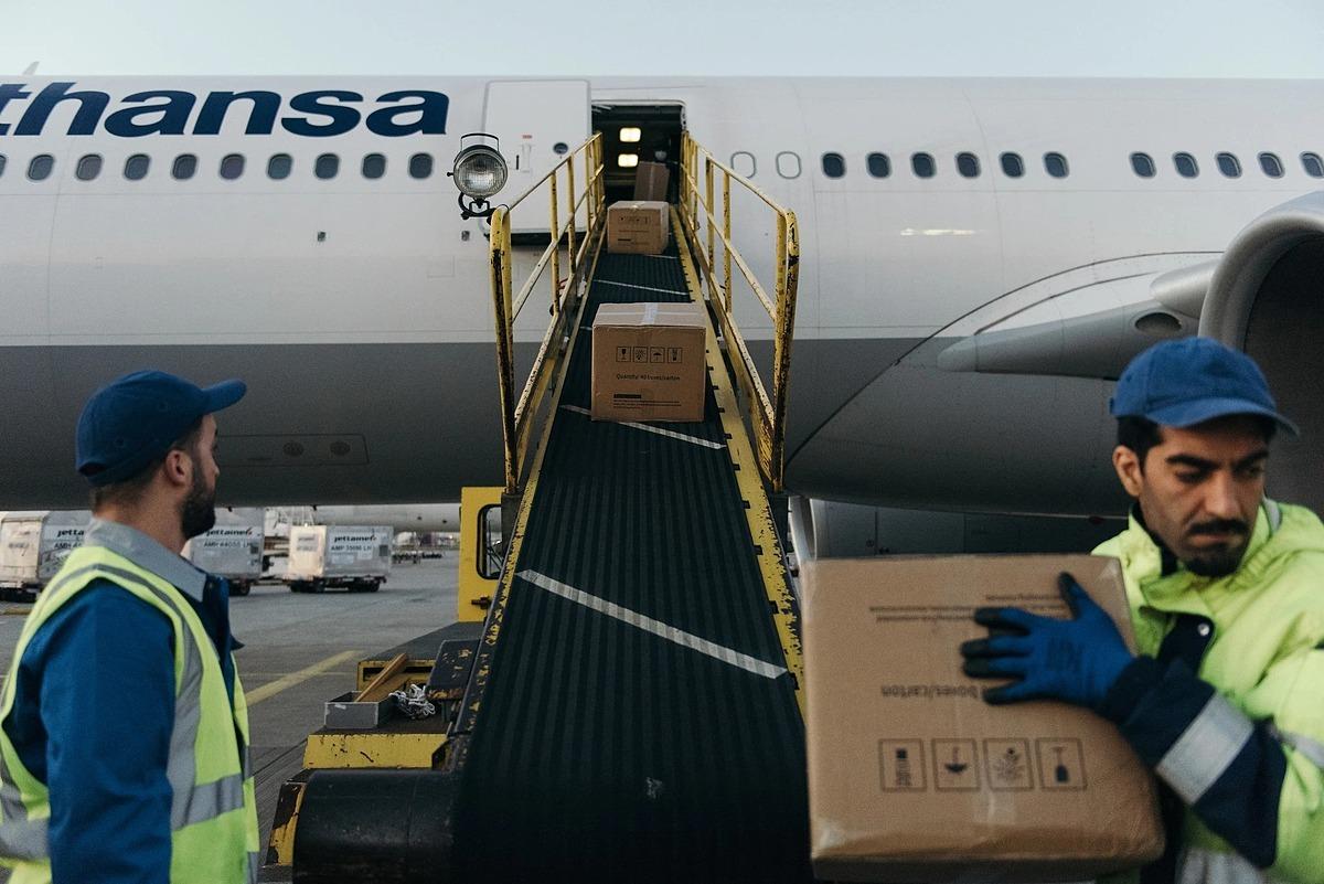 Hàng hóa được vẩn chuyển ra khỏi cabin chở khách của máy bayLufthansa. Ảnh: NYT