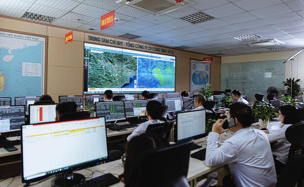 Nhân viên công ty giám sát mạng lưới trong phòng điều hành trực tuyến.
