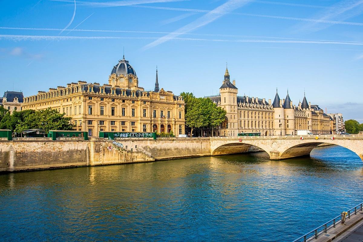 Bất động sản bên sông tại các đô thị danh tiếng thường có sức hút lớn với giới thượng lưu. Ảnh chụp Conciergerie, tòa nhà nổi tiếng bên bờ sông Seine, Paris.