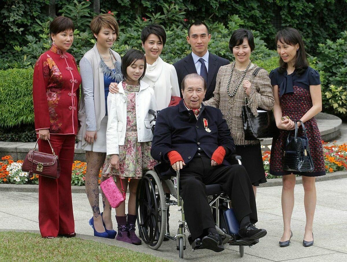 Stanley Ho cùng một số thành viên trong gia đình. Ảnh: AP