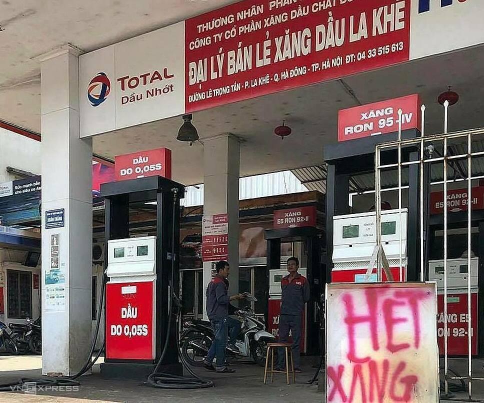 Cửa hàng bán lẻ xăng dầu La Khê (Hà Đông, Hà Nội) trưng biển hết xăng. Ảnh: Gia Hân
