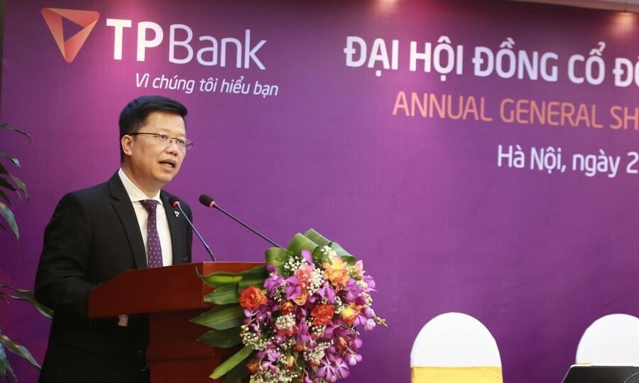 Tổng giám đốc TPBank Nguyễn Hưng báo cáo cổ đông tại cuộc họp thường niên sáng 27/5. Ảnh: TPB.