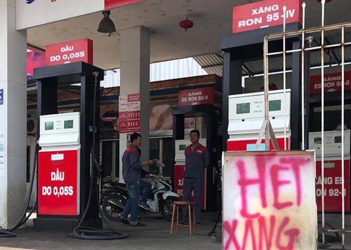 Một cây xăng ở Hà Nội treo biển hế xăng ngày 26/5. Ảnh: Gia Hân