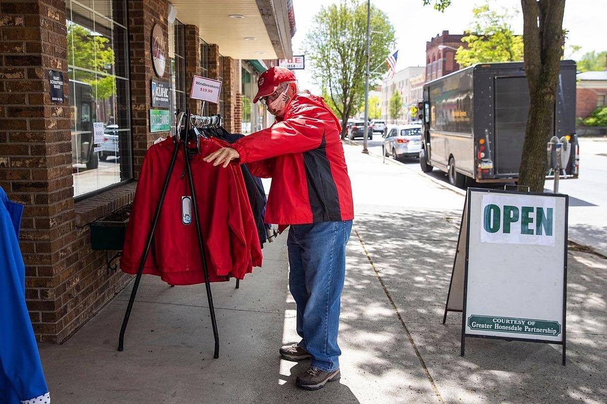Một cửa hàng bán quàn áo mở cửa trở lại tạiPennsylvania. Ảnh: AP