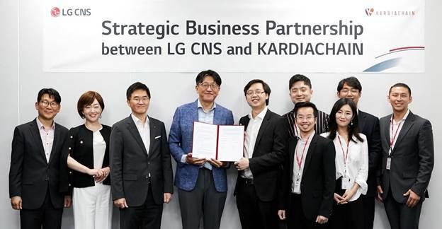 Ông Phạm Minh Trí - CEO KardiaChain (thứ năm từ trái sang) cùng các cộng sự tại buổi lễ ký kết với LG CNS.