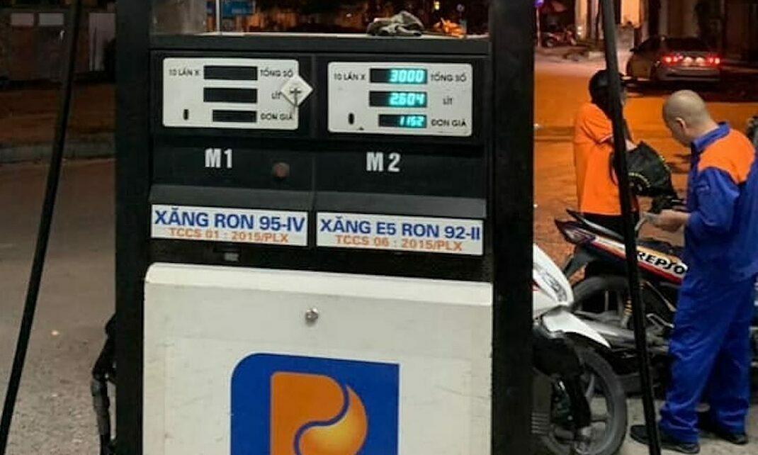 Cây xăng tại 95 Vũ Trọng Phụng ngừng bán xăng RON95 khi bị kiểm tra đêm qua. Ảnh: Quản lý thị trường cung cấp.