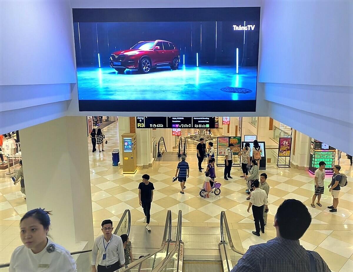 Màn hình LED tại trung tâm thương mại Vincom Mega Royal City, Hà Nội.
