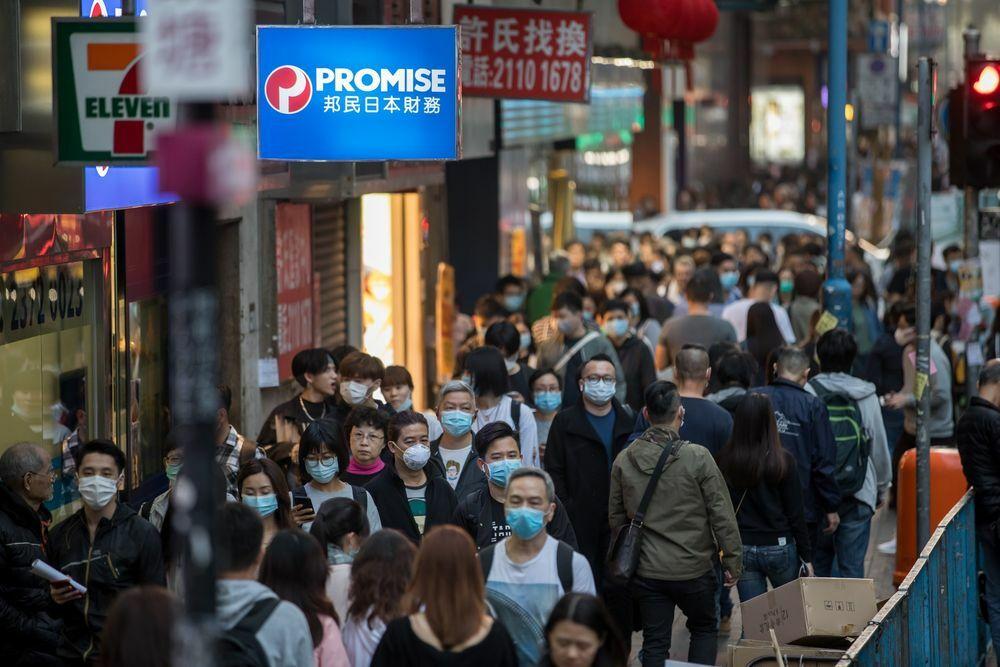 Người dân đeo khẩu trang trên đường phố Kwun Tong (Hong Kong). Ảnh: Bloomberg
