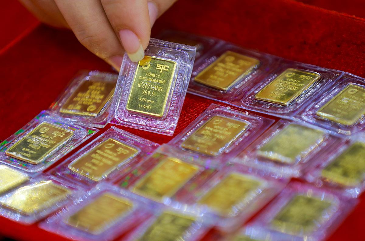 Người dân mua vàng SJC tại tiệm ở quận Bình Thạnh. Ành: Quỳnh Trần.