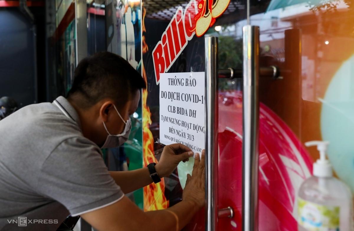 Chủ một câu lạc bộ billiards dán thông báo ngừng hoạt động trước ngày giãn cách xã hội. Ảnh: Quỳnh Trần.