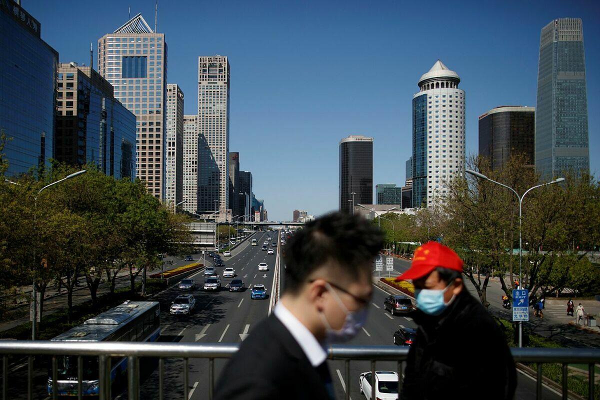 Người dân đi trên một cầu vượt ở Bắc Kinh hồi tháng 4. Ảnh: Reuters
