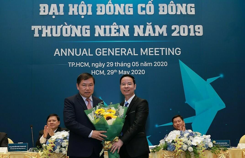 Ông Đinh Văn Thành - Chủ tịch Hội đồng quản trị SCB (bên phải) tặng hoa chúc mừng ông Bùi Anh Dũng - Phó tổng giám đốc khối doanh nghiệp nhiệm kỳ 2017-2022.