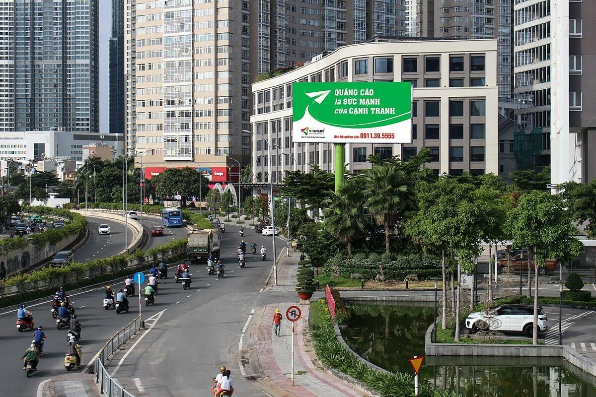 Bảng quảng cáo của Vinama tại 90 Nguyễn Hữu Cảnh, quận Bình Thạnh, TP HCM.