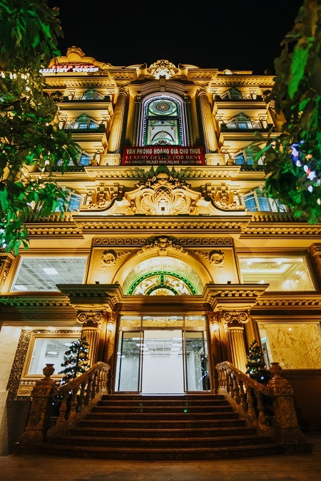 Kiến trúc của Pháp Việt Luxury Tower nổi bật ngay từ sảnh ngoài, giúp các doanh nghiệp đặt trụ sở tại đây gây ấn tượng với đối tác, khách hàng ngay từ bước chân đầu tiên