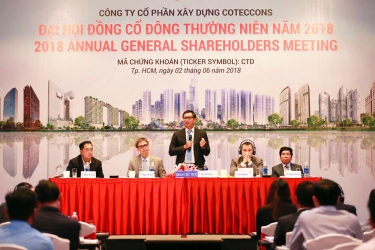 Ông Nguyễn Bá Dương phát biểu tại phiên họp thường niên 2018, nơi lần đầu việc sáp nhập các công ty thành viên được bàn thảo công khai.Ảnh: Coteccons.