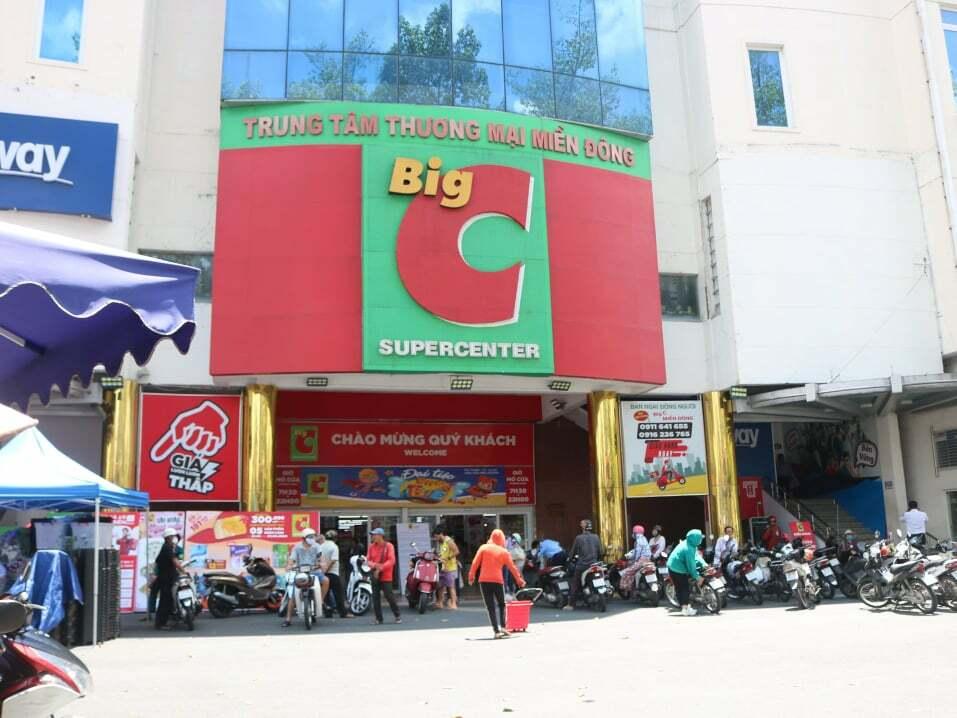 Big C miền Đông sáng 3/6 tấp nập khách ra vào trước thông báo đóng cửa. Ảnh: Thanh Thu.