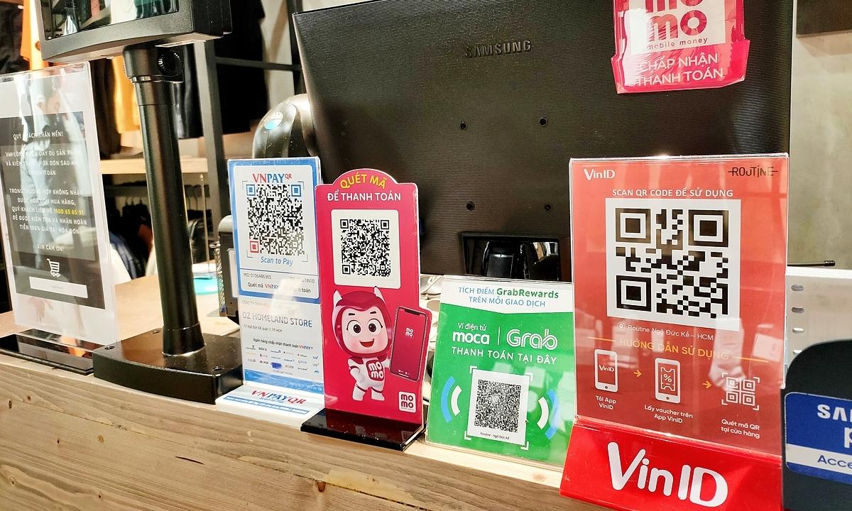 Mã thanh toán của hàng loạt ví điện tử trong một cửa hàng thời trang ở quận 1, TPHCM vào tháng 5/2020. Ảnh: Viễn Thông