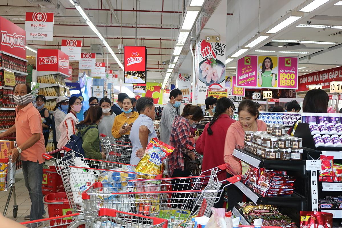 Dù là ngày thường nhưng khách đến mua hàng vẫn tấp nập. Ảnh: Thanh Thu.